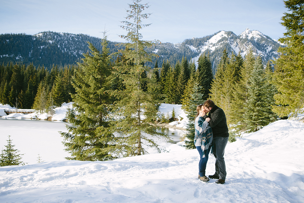 Snowy-Winter-Engagement-Photos-at-Gold-Creek-Lake-Methow-Valley-Seattle-Wedding-Autumn-Pines-Photography