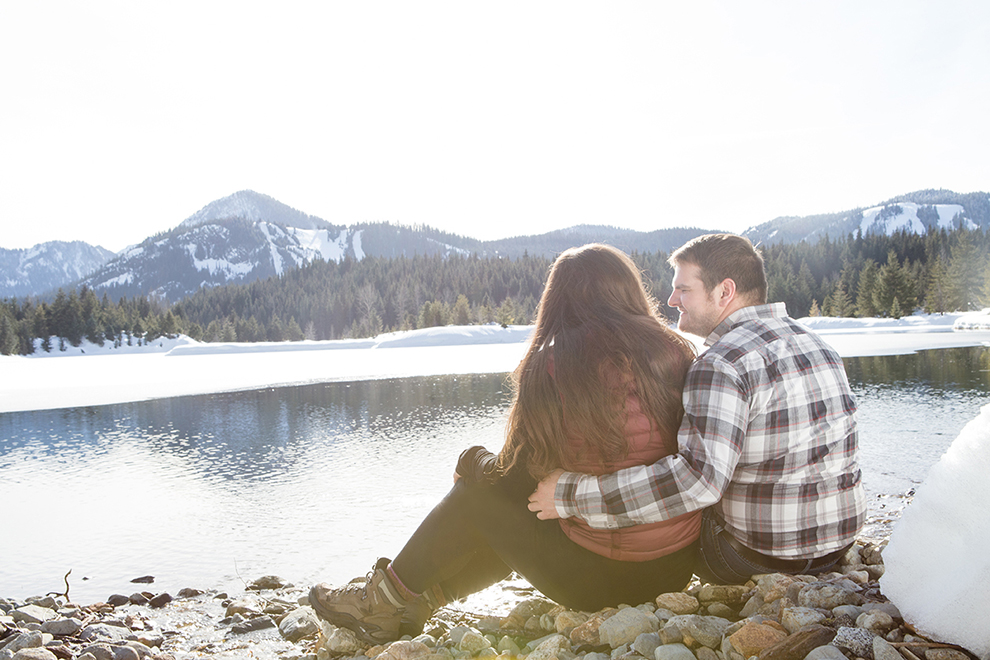 Fun-Engagement-Photos-in-the-Snow-Methow-Valley